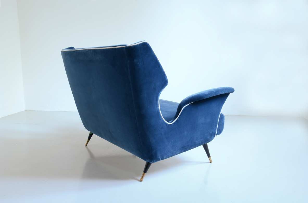 Sculptural 1950's two seats sofa in velvet with bronze feet, in the style of Gio Ponti.