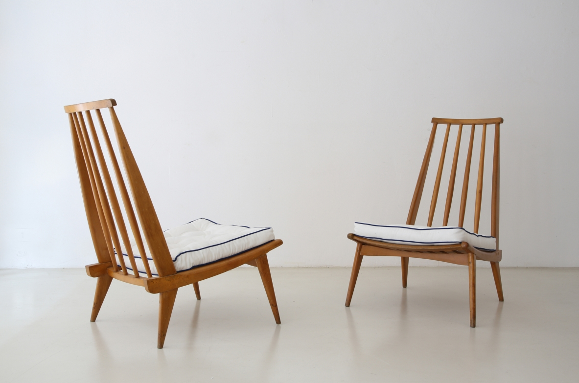 lmari Tapiovaara, pair of refined armchairs in light wood, Finland, 1950's.