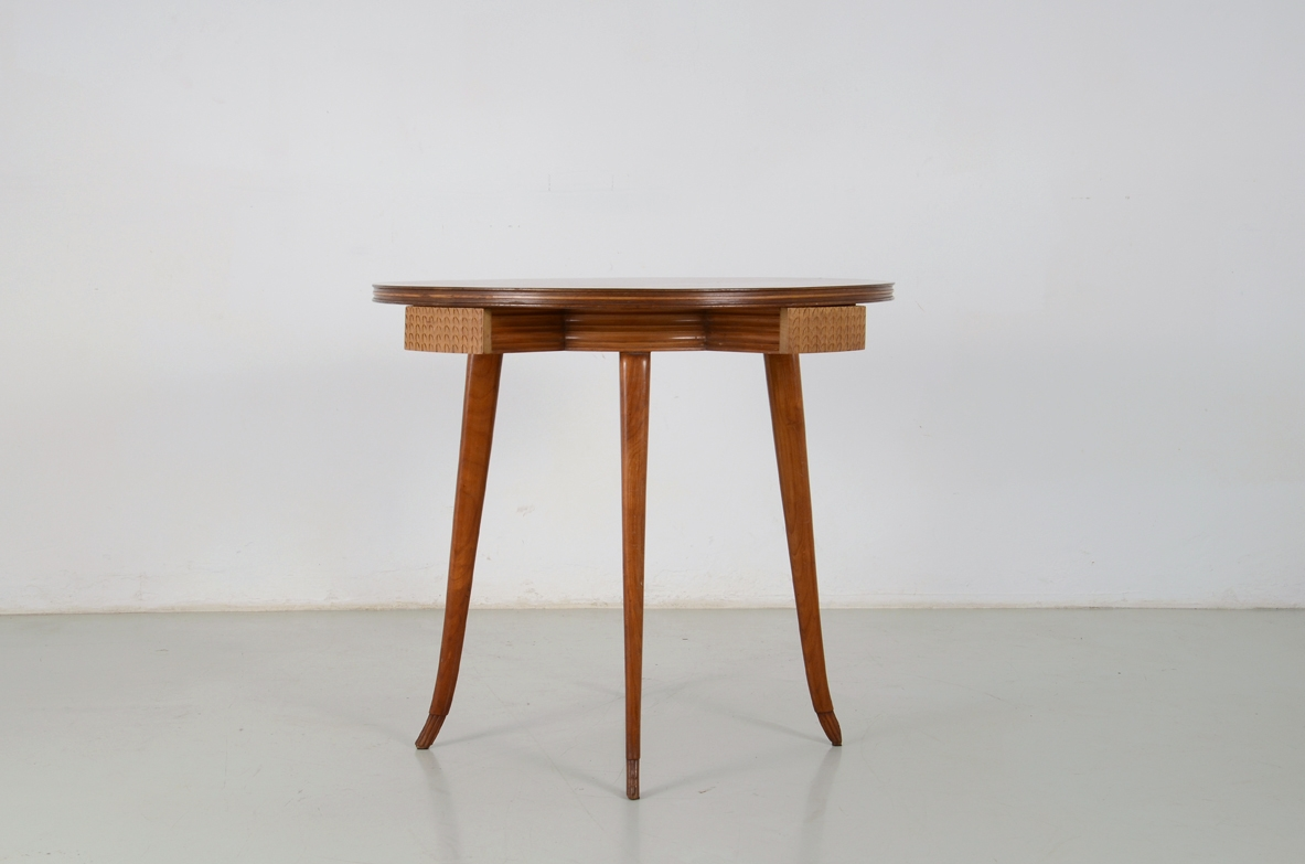 Osvaldo Borsani, elegant 1940's round table in cherry wood with very nice caevings and details.