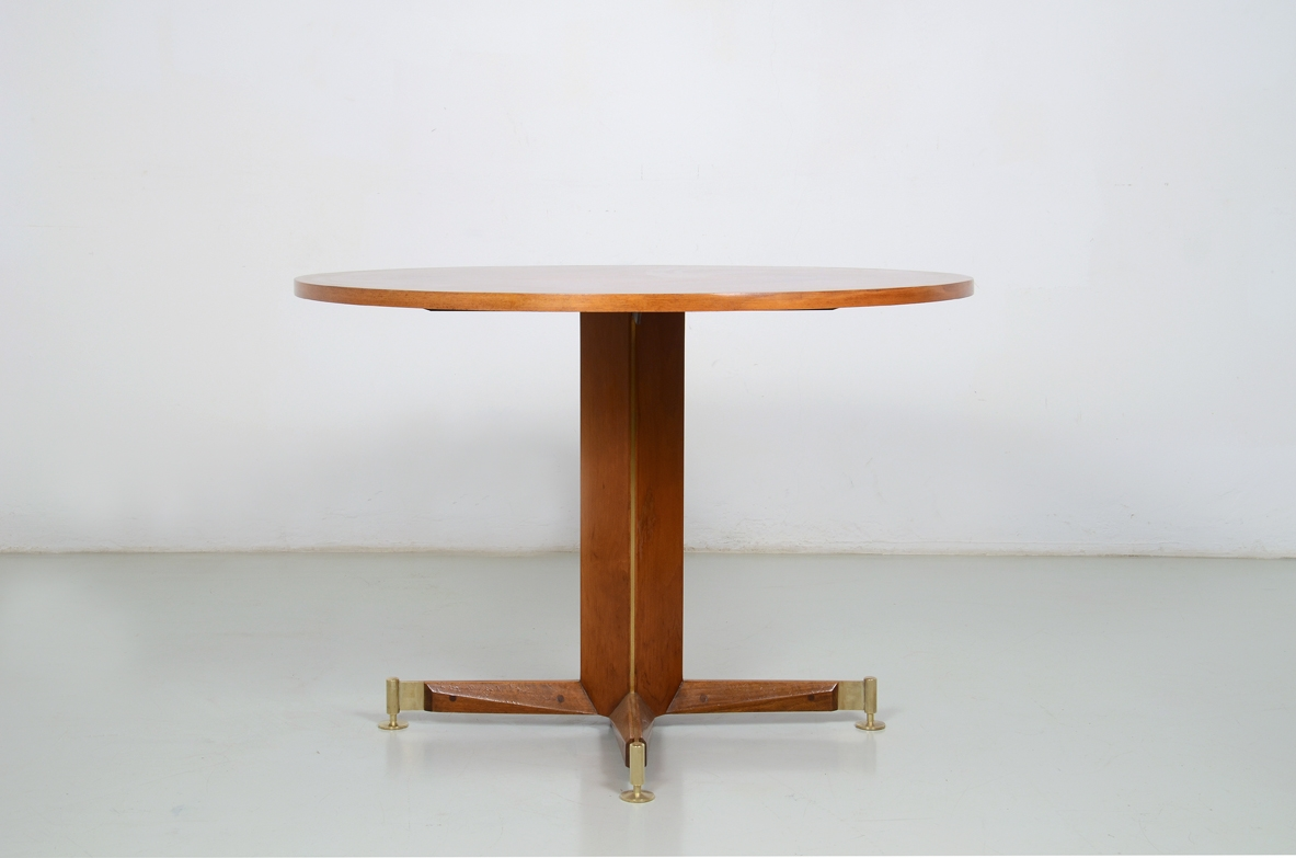 Italian 1950's elegant table in light walnut with crossed base.