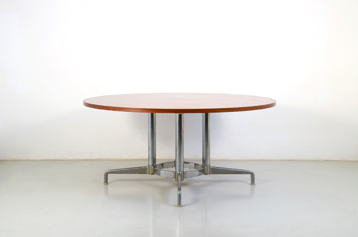 Italian 1960's round table, with a nice chromium plated base and wooden top.