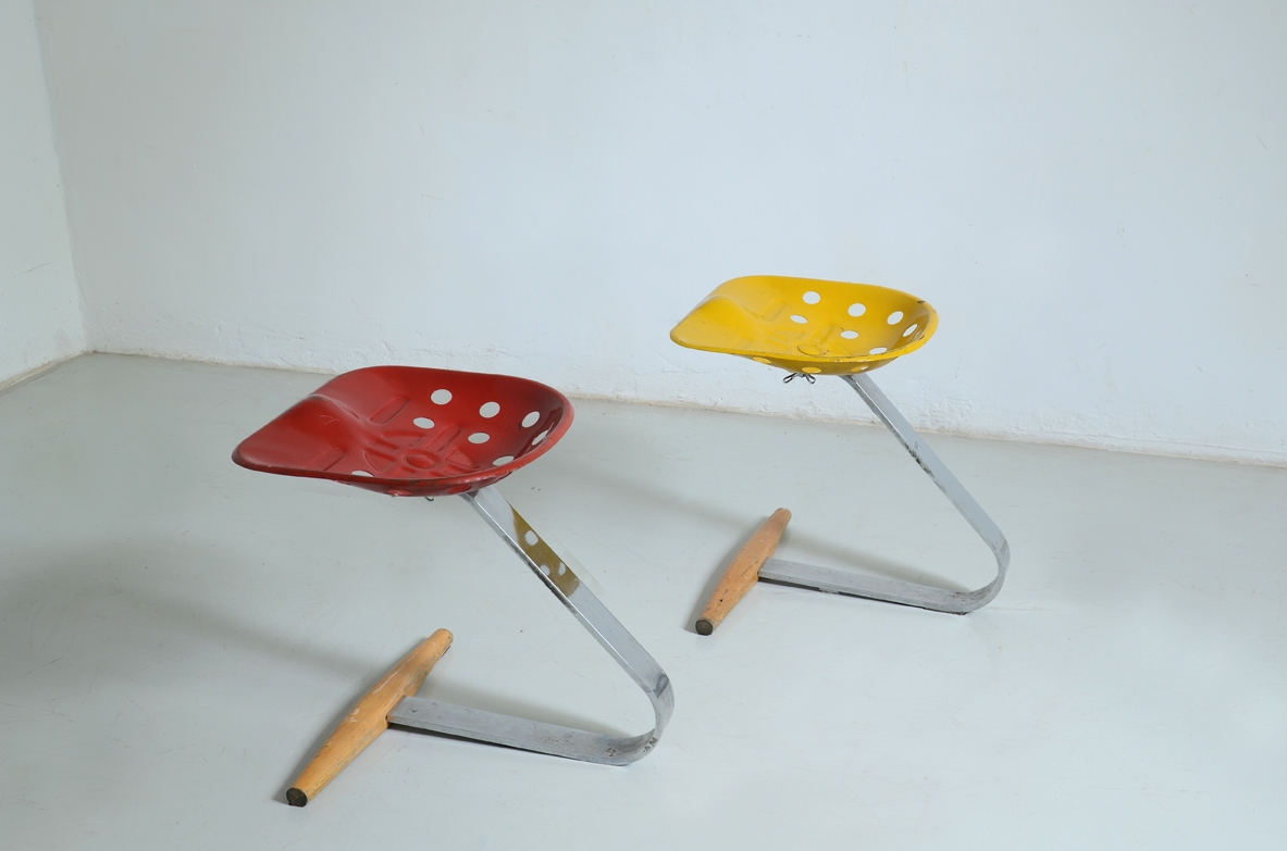 Mezzadro seating couple with support structure in steel, lacquered metal and wood.