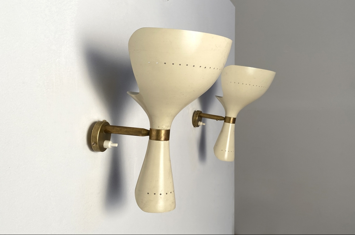 Pair of wall lights in white lacquered metal and detail made of brass.  Prod. Lumen 1955.