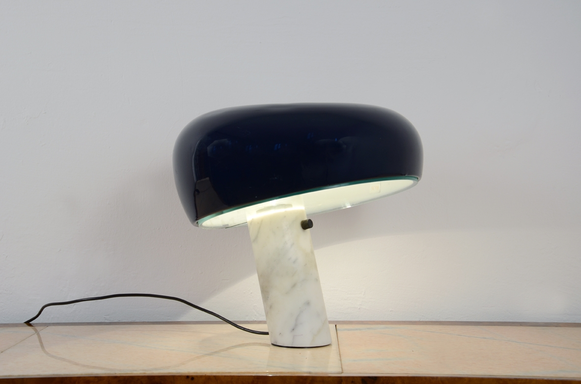 Table lamp in Carrara marble and lacquered aluminum. Achille &Pier Giacomo Castiglioni.  Prod. Flos, 1967 ca.